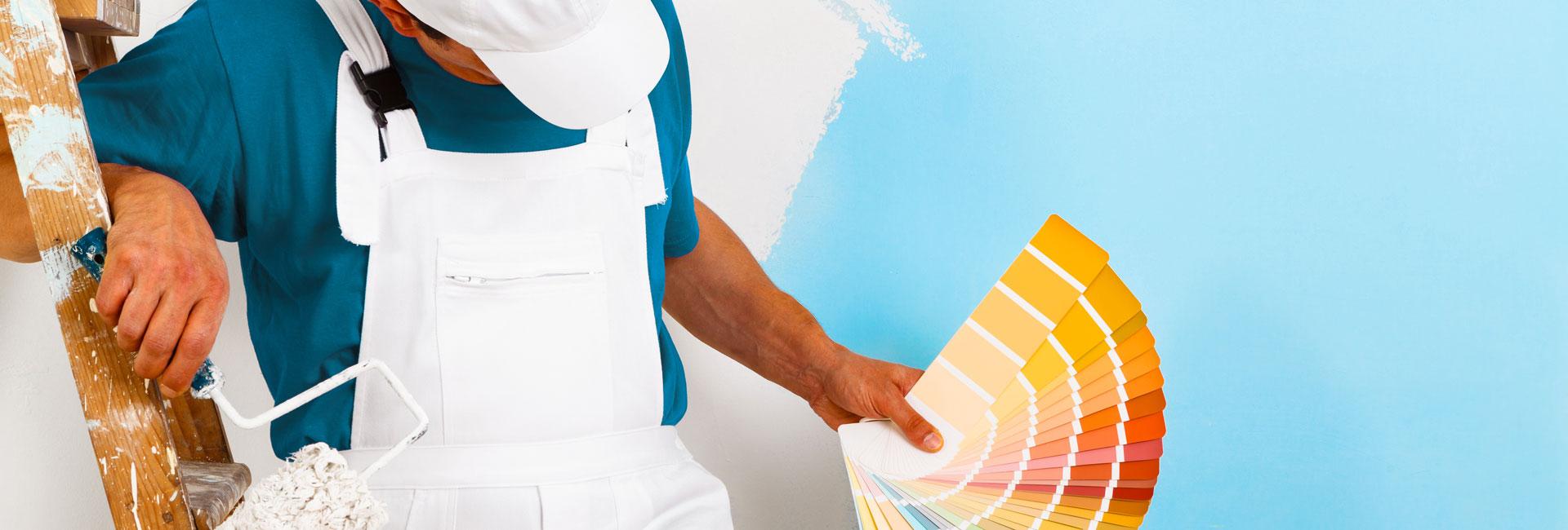Maler mit Farbfächer auf Malerleiter